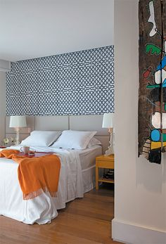 Inspirada pelo traço contemporâneo das obras de arte que coleciona, a arquiteta Gisele Taranto resolveu adotar um estilo mais vibrante e colorido na decoração deste quarto. Ela sugeriu animar o ambiente com o papel de grafismos azuis criado pela estilista inglesa Vivienne Westwood (Poeira). A laca amarela brilhante mudou a cara das mesas de cabeceira.
