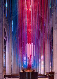 Instalação com fitas coloridas em uma catedral