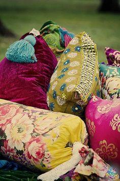 ⋴⍕ Boho Decor Bliss ⍕⋼ bright gypsy color & hippie bohemian mixed pattern home decorating ideas - mixed pillows Bohemian Interior, Diy Interior, Bohemian Decor, Bohemian Pillows, Interior Design, Interior Office, Design Design, House Design, Gypsy Style