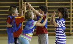 Des jeux coopératifs - sans matériel - avec ballon - parachute.