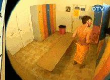 Trollando o magrelo na pegadinha do vestiário | Los Gifs