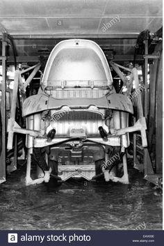 industry-cars-volkswagen-works-in-wolfsburg-west-germany-interior-DAX03E.jpg 928×1,390 pixeles
