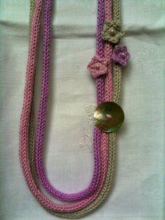 Collana con caterinette in cotone, bottone in madreperla e fiori applicati
