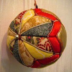Esferas navideñas con retazos de tela - Dale Detalles Christmas Holidays, Christmas Crafts, Christmas Decorations, Christmas Ornaments, Diy Ornaments, Christmas Ideas, Quilted Ornaments, Soccer Ball, Flamingo