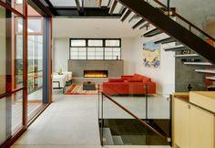 70 moderne, innovative Luxus Interieur Ideen fürs Wohnzimmer - gemuetlich ausstattung weisse orange sofas treppe