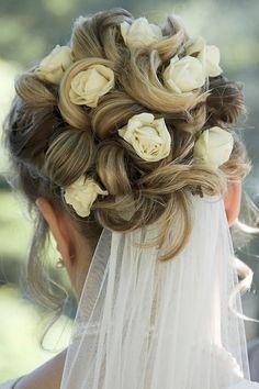 wunderschöne Brautfrisur mit Rosen und Schleier
