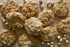 I Brutti ma Buoni sono biscotti croccanti a base di frutta secca, così chiamati perché hanno un aspetto irregolare, ma un sapore sublime! Scopri la ricetta. Spring Recipes, Gelato, Diy On A Budget, Nutella, Buffet, Food And Drink, Cookies, Breakfast, Healthy