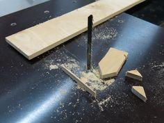 Вслед за столом для циркулярной пилы взялся делать стол для лобзика. Он нужен для выполнения более тонких работ. Идеальным инструментом была бы ленточная пила, но это слишком громоздкий инструмент, который я не могу себе позволить в своей маленькой мастерской. Маленькие и недорогие ленточные пилы -…