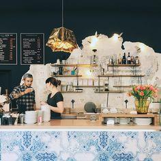 In Wien gibt es mittlerweile eine große Auswahl an Hipster-Cafés. Lies hier, was ein Hipster-Café ausmacht und welche in Wien am typischsten sind! Coffee Shops, Cute Coffee Shop, Cafe Restaurant, Hotel Daniel, Hipster Cafe, Heart Of Europe, Cafe Interior, Cafe Design, Retail Design