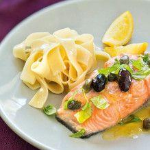 Fisch trocken tupfen, mit Salz und Pfeffer würzen und in den Gardeckel der UltraPro, 2,0-l-Kasserolle legen. Basilikum grob zerkleinern, mit Kapern und Oliven mischen...