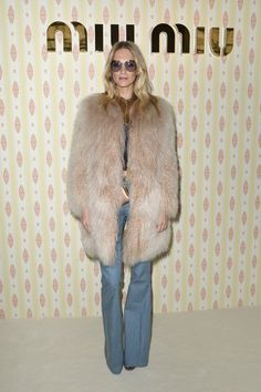 Poppy Delevingne Fur Coat - Poppy Delevingne was gangster-glam in a shaggy beige fur coat at the Miu Miu fashion show.