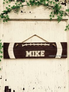 Could do this for Senior Night to hang around the fence. Use reclaimed wood. Reclaimed Pallet Football 21 Wall Hanger Sign by DistinctDoorDecor Pallet Crafts, Pallet Art, Pallet Signs, Wooden Crafts, Diy Crafts, Pallet Ideas, Football Crafts, Football Names, Football Signs