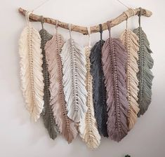 Rope Crafts, Feather Crafts, Diy Home Crafts, Fun Crafts, Arts And Crafts, Macrame Design, Macrame Art, Macrame Projects, Macrame Wall Hanging Patterns