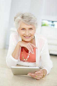 Moderne computergesteuerte Assistenzsysteme können Alltag und Pflege erleichtern. Erfahren Sie hier, wie das Leben mit altersgerechter Assistenz (Ambient Assisted Living) im Alter zukünftig aussehen könnte.