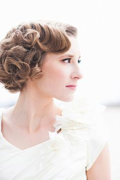 Love this bride's old Hollywood 'do ~ we ❤ this! moncheribridals.com