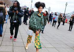 หลังจากที่ New York Fashion Week สร้างสีสันไว้ได้อย่างโดดเด่นไปเเล้ว เมืองผู้ดีอย่าง London เลยขอจัดเต็มบ้างตามสไตล์…