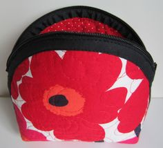 Lappeklipp: Necessär - tutorial Textiles, Janome, Diy And Crafts, Lunch Box, Sewing Projects, Coin Purse, Pouch, Quilts, Purses