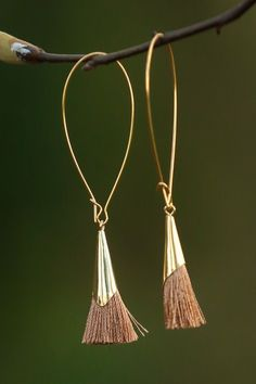 Earrings Handmade These modern tassel earrings would look great with a chunky beaded necklace, wouldn't they? Tassel Earing, Tassel Jewelry, Wire Jewelry, Beaded Jewelry, Jewelery, Jewelry Necklaces, Cross Jewelry, Copper Jewelry, Tassel Earrings Outfit