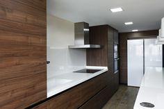 Cocimed a diseñado esta cocina Santos para una gran familia. Modelo LineE, totaltmente en madera con las encimeras en porcelanico blanco.   #Cocimed #cocinassantos #cocinas #diseño #kitchen #design #madera #alicante #encimera #bancada #isla