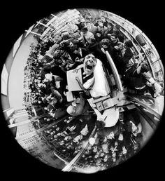 Сальвадор Дали подписывает книги, фото Филиппа Халсмана с помощью линзы фишай, Нью-Йорк, 1963 г.
