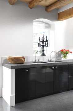 Statement candlestick on windowsill Kitchen Rules, Kitchen Art, Kitchen Dining, Interior Design Advice, Interior Design Kitchen, Black Kitchens, Home Kitchens, Kitchen Butlers Pantry, Classic Kitchen