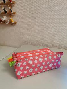 Trousse Zip-Zip rose à chats blancs cousue par Astrid - Patron Sacôtin