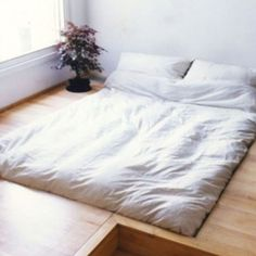 Bed deck - what a dream. this could placate my fears of falling out of bed Awesome Bedrooms, Beautiful Bedrooms, Sunken Bed, Bed Deck, Japanese Bed, Dreams Beds, Garage Makeover, Getting Out Of Bed, Minimalist Bedroom