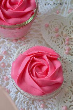 Stabilny i smaczny krem do dekoracji tortów i babeczek. Krem nadaje się do dużej tylki do włosów, dzięki czemu jest smacznym zamiennikiem kremu maślanego.