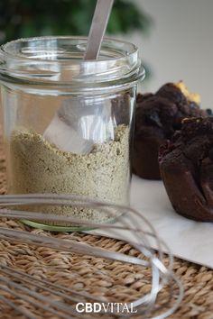 Hanfprotein ist von Natur aus reich an Magnesium, Zink und Eisen. Eine ideale und leicht verdauliche Alternative zu tierischem Eiweiß. Die ballaststoffreiche Eiweißquelle enthält eine hohe Konzentration an Aminosäuren und wertvollen Omgea-3 Fettsäuren ➡ Verwenden Sie das Hanfprotein als Mehlersatz in dem Sie etwa ein Drittel der Mehlmenge mit dem Hanfprotein ersetzen 🍯 Magnesium, Superfood, Smoothie, Vegan, Yogurt, Low Fiber Foods, Vegetarian, Metabolism, Smoothies