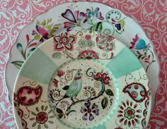 De: Magia Pura China Plates, Plates And Bowls, Pottery Painting, Ceramic Painting, Hand Painted Ceramics, Porcelain Ceramics, Ceramic Bird Bath, Botanical Decor, Vintage Plates