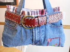 Denim Purse Cutting off the top of your jeans and making it into a bag turns it into a very unique-looking purse. Add a belt to play up the fact that it used to be an old pair of jeans. Jean Crafts, Denim Crafts, Jean Purses, Purses And Bags, Mode Jeans, Denim Ideas, Recycled Denim, Recycled Crafts, Creation Couture