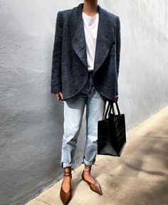 Базовый гардероб 2021: силуэты и вещи (галерея образов) Photo - @jazy_g #тренды2021 #базовыйгардероб2021 #силуэты2021 #сочетания2021 #женскийгардероб2021 #стиль2021 #мода2021 #модныеобразы2021 #белаярубашка2021 #джинсы2021 #платья2021 #тренч2021 #топы2021 #блейзер2021 Yves Saint Laurent, Spring Looks, Transitional Style, Casual Chic, Everyday Fashion, Casual Looks, Leather Shoes, Normcore, Street Style