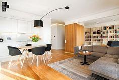 Umieszczona na obrotowym ramieniu lampa jest głównym oświetleniem stołu. Dzięki obrotowemu ramieniu może także służyć jako lampa doświetlająca kanapę...