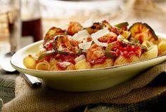 Pipe rigate met gegrilde kip en gegrilde courgette, paprika en Parmezaanse kaas