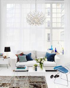 Design scandinav, styl skandynawski, biała kanapa, białe wnętrze, white interiors, poduszki, białe firanki - http://www.mkstudio.waw.pl/