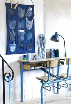 There are many ways to recycle old jeans into new fashion. Jeans are one of the favorite pieces of clothing for most peaple, especially among young people. All homes have at least one pair of jeans that are old, maybe … Read more. Jean Crafts, Denim Crafts, Wand Organizer, Pocket Organizer, Hanging Organizer, Hanging Storage, Artisanats Denim, Denim Purse, Blue Denim