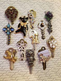 Old Jewelry Crafts, Key Crafts, Jewelry Art, Arts And Crafts, Skeleton Key Jewelry, Glass Block Crafts, Keys Art, Steampunk Design, Vintage Keys