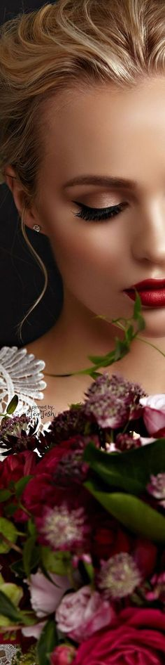 Maquillaje de novia con labios rojos.