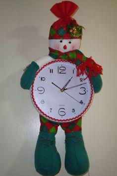 Reloj de Frosty a base de fieltro. Cortesía de The Gift Handmade.