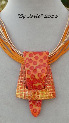 """Idée de bijou à fabriquer : cuir, ficelle ou ruban + tissu pour la """"patte"""" ou boucle de ceinture..."""