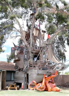 Man Builds Pirate Ship Treehouse in his Backyard in Casa Grande Pirate ship-themed treehouse in Casa Building A Treehouse, Build A Playhouse, Playhouse Outdoor, Treehouse Kids, Backyard Playground, Backyard For Kids, Playground Ideas, Tree House Plans, Pirate Decor