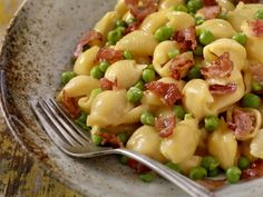 Pasta and peas: An Italian recipe of nostalgia that we all still love. Feel-good food at its best. Meat Recipes, Pasta Recipes, Healthy Recipes, A Food, Food And Drink, Pasta With Peas, Feel Good Food, Vegetable Protein, Bacon Jam