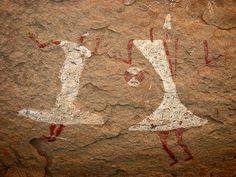 Dancin' on the Ceiling The 'Round Head' period of rock art (c.8500 - 6500 years ago) is characterized by the presence of anthropomorphic figures with rounded heads or discs completely lacking in facial features. It was this characteristic style which was confined to part of the Sahara massifs – Tassili-n-Ajjer, Acacus, Ennedi – and spanned a considerable period, probably more than two millennia.