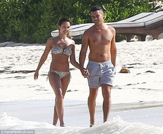 Bikini girl Jessica Alba makes a splash as she takes daughter Honor for a spot of snorkeling in Mexico | Mail Online