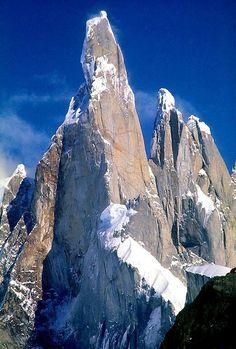 Cerro Torre,el urlo de pedra,Patagonia. Nonostante la quota ridotta,3128m,una delle più spettacolari e inaccessibili vette al mondo,con pareti di liscio granito alte 900m e un fungo terminale di ghiaccio. Prima ascensione(contestata) nel 1959 ,Cesare Maestri e Tony Egger.