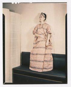 """cazadordementes: """"Fotógrafo no identificado. Frida posa con un vestido de algodón de Guatemala."""""""