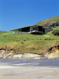 Shark Alley House in Great Barrier Island, by Fearon Hay Architects. Cantilever Architecture, Residential Architecture, Contemporary Architecture, Interior Architecture, New Zealand Architecture, Modern House Design, Building A House, Houses, Cliff House