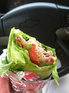 Lettuce Wrap: Great healthy lunch alternative and great for on the go! Lettuce wraped around fake chicken, avocado, cheese, and tomato. Healthy Cooking, Healthy Snacks, Healthy Eating, Cooking Recipes, Healthy Recipes, Healthy Life, Jai Faim, Crepes, Lunch To Go