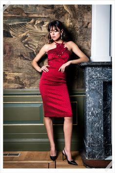 Jurken Huren. Karen Millen. Sesille Oak. Red dress. Midi dress. Sexy dress. Halter neck. Slim fit. Photographer Elza van der Saag