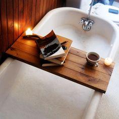 petite table pratique en palettes de bois dans la salle de bains